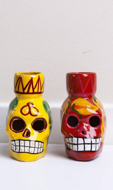 Porta-velas de cerâmica esmaltada, em forma de caveiras, do México Ana Branco / Ana Brabco / O Globo