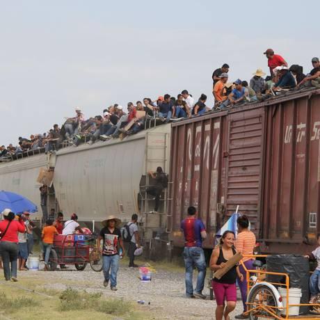 La Bestia, o trem de carga usado por imigrantes para alcançar a fronteira entre os EUA e o México Foto: ELIZABETH RUIZ / AFP