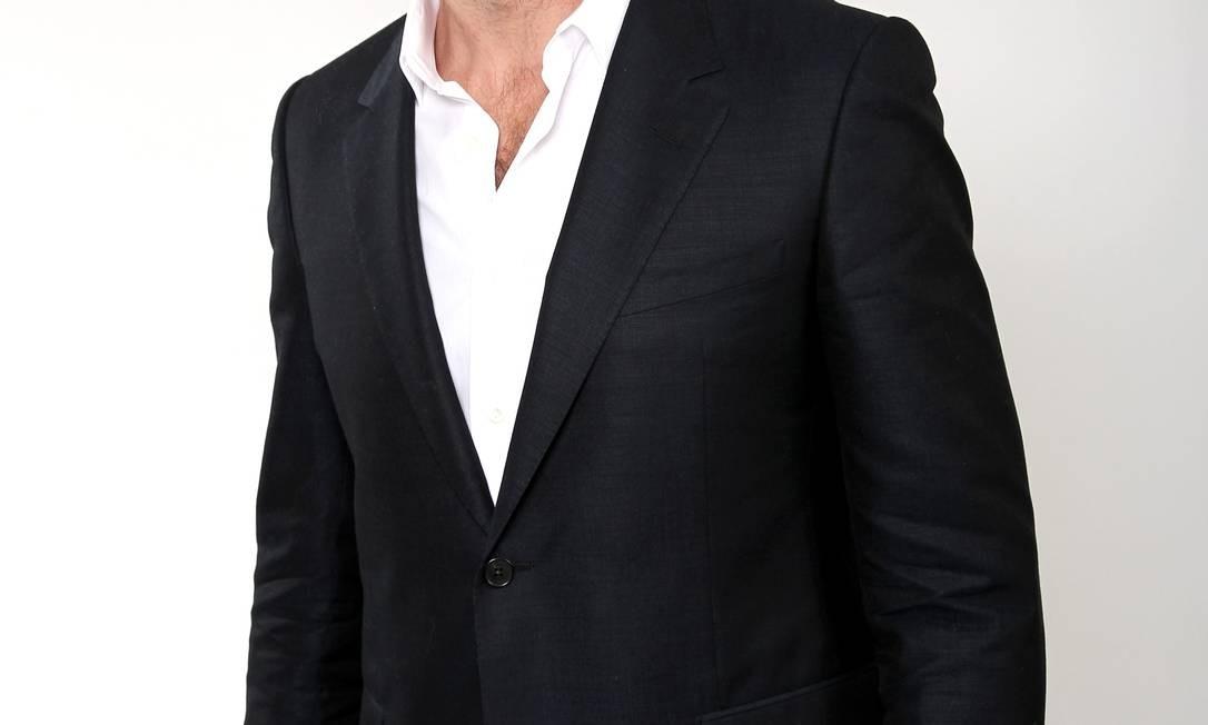 """Hugh Jackman, indicado ao Oscar por seu papel em """"Os Miseráveis"""", fez questão de posar barbudo para a foto oficial da Academia. Para conseguir o mesmo visual, o dermatologista americano Howard Sobel, de Nova York, esclarece que os pelos do rosto crescem na mesma proporção que os fios de cabelo, ou seja, 1,2cm por mês. Ou seja, às vezes é preciso paciência Foto: Matt Sayles / Matt Sayles/Invision/AP"""