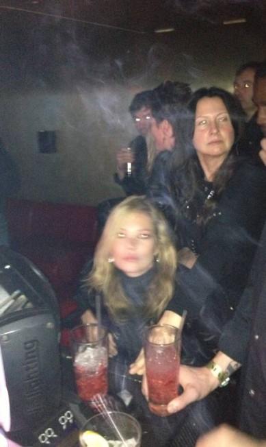 """Júlia em momento paparazzi: """"Único 'flagra' da minha vida. Kate Moss no pocket show do The Kills"""" Júlia Almeida"""