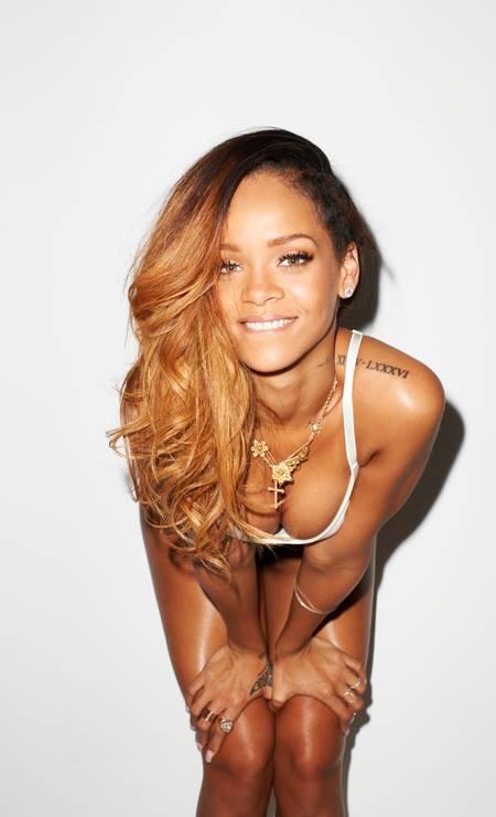 """O polêmico fotógrafo Terry Richardson segue revelando em seu tumblr fotos inéditas de seus encontros com celebridades. Nesta segunda-feira, Richardson mostrou um pouco mais do ensaio que Rihanna fez para a edição de fevereiro da revista """"Rolling Stone"""" Terry Richardson / Reprodução Tumblr"""
