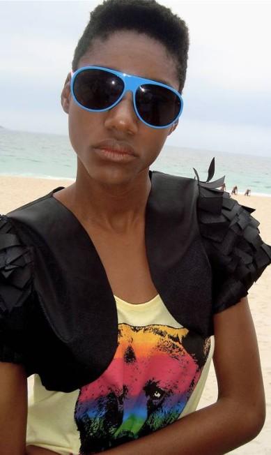 """Além da maquiagem, a música também ajuda a modelo Indyra Carvalho a sair bem na foto. """"Eu sempre gosto de ouvir algo, me ajuda a relaxar"""" Rogério S. / Divulgação"""
