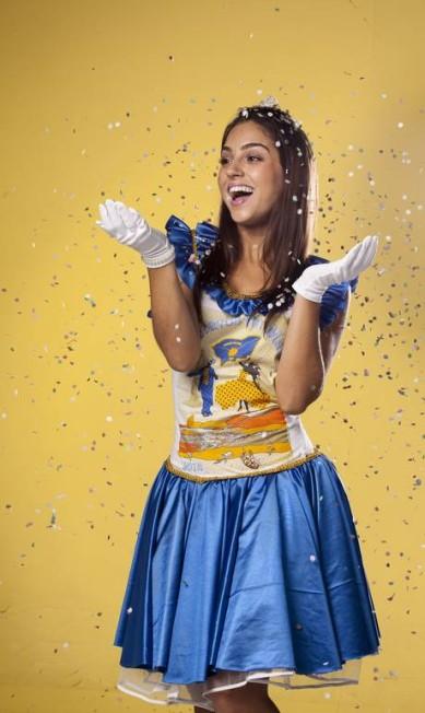 """A figurinista e coordenadora da oficina de costura do bloco """"Escravos da Mauá"""", Caetana Dias, transformou a camiseta em um vestido de princesa, com as cores azul e amarelo do bloco Freelancer / Daniela Dacorso"""