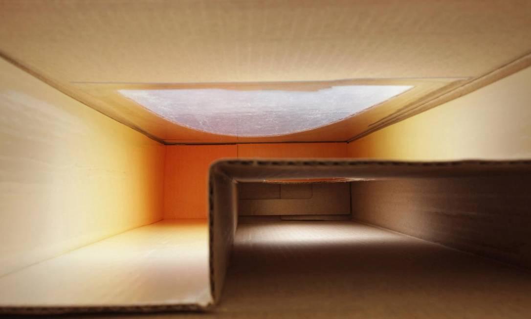 """Desde 2001, Lucia Koch fotografa a parte de dentro de caixas e embalagens vazias, que remetem a um local qualquer. O """"Mezanino"""" é, na verdade, a foto de uma caixa de vinhos, sem nenhuma intervenção — ela apenas jogou luz Reprodução / Divulgação"""