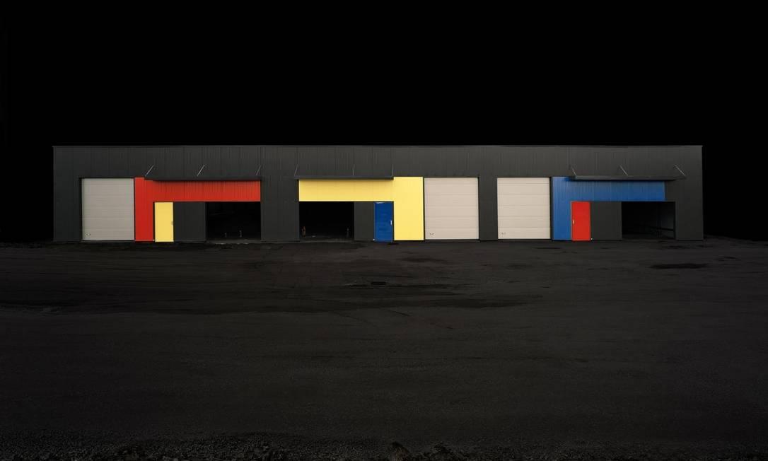 Os espaços arquitetônicos ganham o olhar do português Edgar Martins através de suas lentes fotográficas. Nesta imagem, o alvo foi um armazém inglês, fotografado à noite. Iluminado com holofotes, teve suas cores ressaltadas num clique de longa duração Reprodução / Divulgação