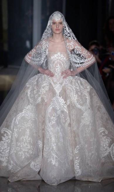 """O look Elie Saab: """"O vestido é supertradicional, com uma pegada vintage. Ideal para casamentos clássicos e pomposos. A peça é romântica e luxuosa"""", disse a estilista MARTIN BUREAU / AFP"""
