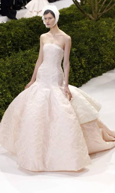 """Look Dior: """"O vestido é indicado para quem quer fugir do branco tradicional, já que é rosé. Mesmo limpo, o modelo é bem sofisticado. Para um casamento despretensioso e chique, sem ostentação"""", comentou Fafi FRANCOIS GUILLOT / AFP"""
