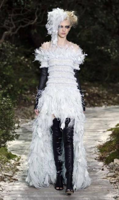 """A noiva punk da Chanel: """"Este look é ideal para uma mulher bem noiva rock 'n' roll, que quer fugir de tudo o que é tradicional. Também é uma noiva atenta às tendência, tanto que usa mullet. É uma noiva datada"""", comentou Fafi Vasconcellos PATRICK KOVARIK / AFP"""