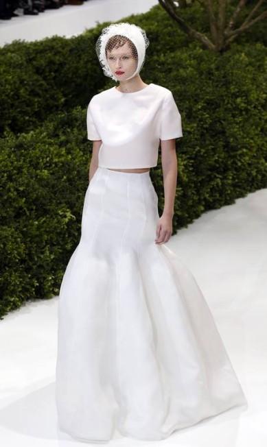 """Mais um look Dior: """"O cropped é uma tendência que chegou também para as noivas. Quem optar em usar o modelo precisa ser bem descolada e magrinha, pois terá uma parte da barriguinha à mostra"""", disse a designer FRANCOIS GUILLOT / AFP"""