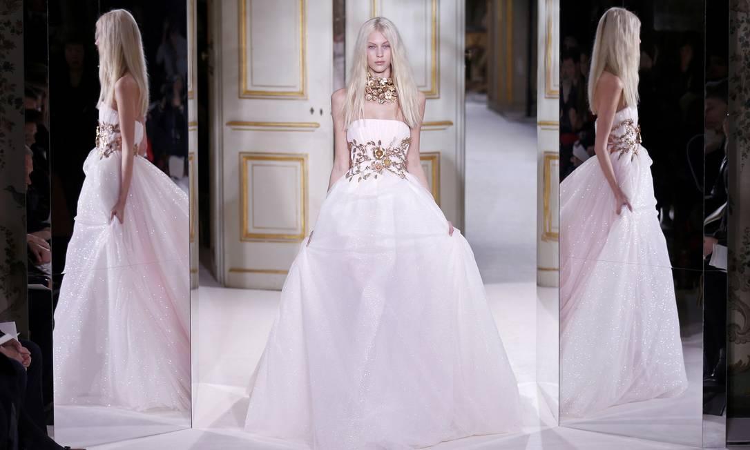 """Look Giambattista Valli: """"Um vestido mais limpo, com um toque de luxo com esse bordado em ouro"""", destacou a criadora BENOIT TESSIER / REUTERS"""