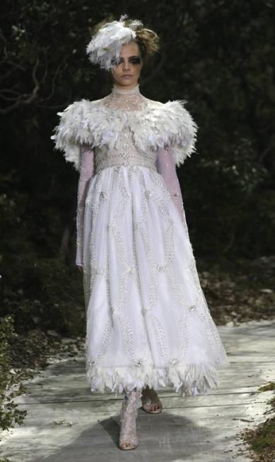 """Mais um look Chanel: """"Este look é indicado para noivas altas e longilíneas, que se casam no alto inverno, em cidades bem frias. As penas dão sensação de um vestido bem quente"""", avaliou Fafi Christophe Ena / AP"""