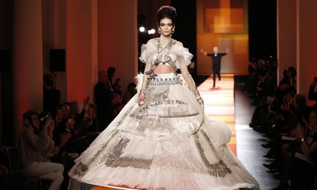 """A exótica noiva de Jean Paul Gaultier: """"Sem dúvida, esse vestido é para uma noiva que quer surpreender a todos e que não se preocupa em ter um look atemporal. A moça que escolher essa peça certamente é uma viajante, que gosta de experimentar diferentes culturas"""", disse a estilista carioca BENOIT TESSIER / REUTERS"""