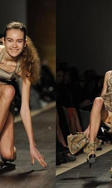 Em 2009, diversas modelos caíram na passarela da grife Hervé Léger by Max Azria AFP