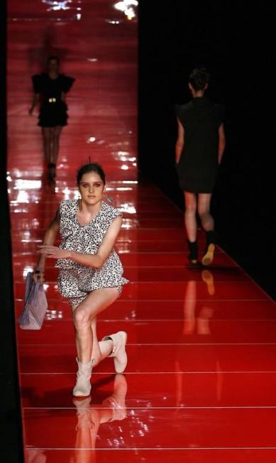 Apesar do sapato ser baixo, algumas modelos caíram no desfile de verão 2010 da estilista Juliana Jabour, no Fashion Rio Monica Imbuzeiro / Monica Imbuzeiro/ O Globo