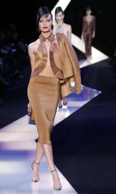 Saias lápis e blazers ganharam destaque na coleção PIERRE VERDY / AFP PHOTO / PIERRE VERDY