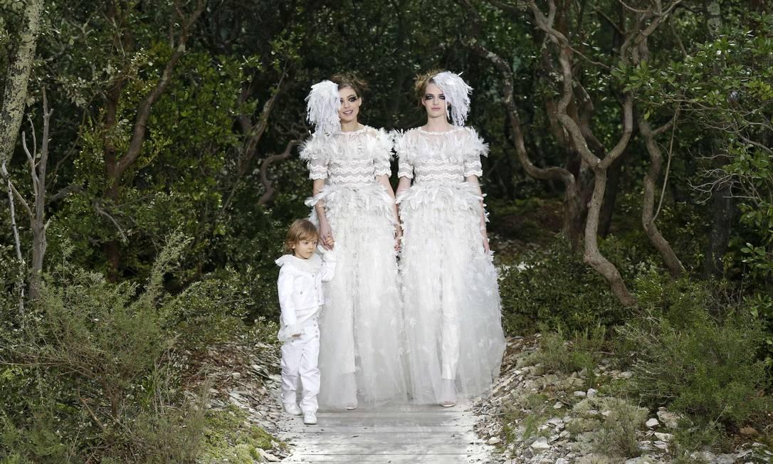 """Depois da revista """"Elle"""" francesa levantar a bandeira do casamento gay, a poderosa grife francesa encerrou seu desfile de verão 2013 de alta-costura com duas noivas, com looks branquinhos, acompanhadas de um menino. Karl Lagerfeld nunca foi tão ousado BENOIT TESSIER / REUTERS"""
