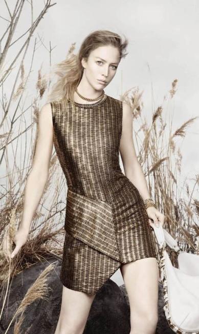 Além de ocupar o posto de musa da Prada, Raquel também aparece no anúncio da grife Salvatore Ferragamo, fotografado por David Sims Reprodução