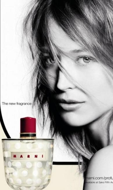 Raquel Zimmermenn também a musa do primeiro perfume da Marni. A foto foi feita por Nick Knight Reprodução