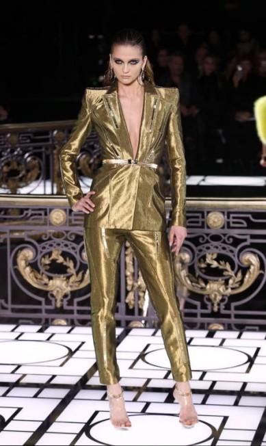 Não bastasse o decote profundo, o dourado aparece como opção no guarda-roupa da mulher Versace, que bem sabemos que gosta de brilhar FRANCOIS GUILLOT / AFP