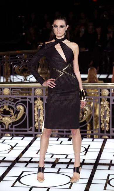 Coube a grife italiana Versace abrir a semana de moda de alta-costura parisiense neste domingo. A temporada mostrará peças glamurosas e preciosas para o verão 2013 FRANCOIS GUILLOT / AFP