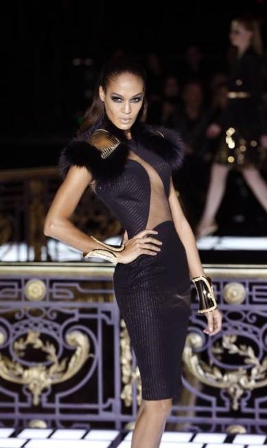 Donatella adicionou uma boa dose de sensualidade a coleção, que veio com formas justas e transparência FRANCOIS GUILLOT / AFP