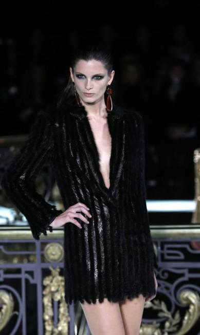 O pretinho da Versace não é nada básico. Curto, o vestido ganha decote poderoso e textura glamurosa FRANCOIS GUILLOT / AFP