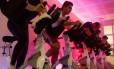 Aula de spinnig na BodyTech com jogo de luz e telão
