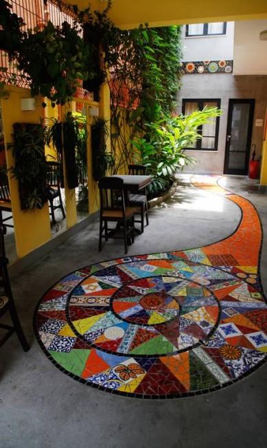 Mosaico com mistura de azulejos dá as boas vindas no Centro Cultural Baukurs, em Botafogo / Reportagem: Isabela Caban Ana Branco / Ana Branco / O Globo
