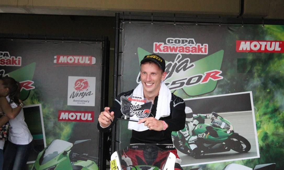 O modelo Alex Schultz é um nome em plena ascensão no universo da motovelocidade. Ele já competiu em 23 corridas oficiais e faturou 22 troféus! O último prêmio foi o título de campeão Brasileiro na categoria 250cc - Kawasaki Ninja, em 2012 Foto: Reprodução
