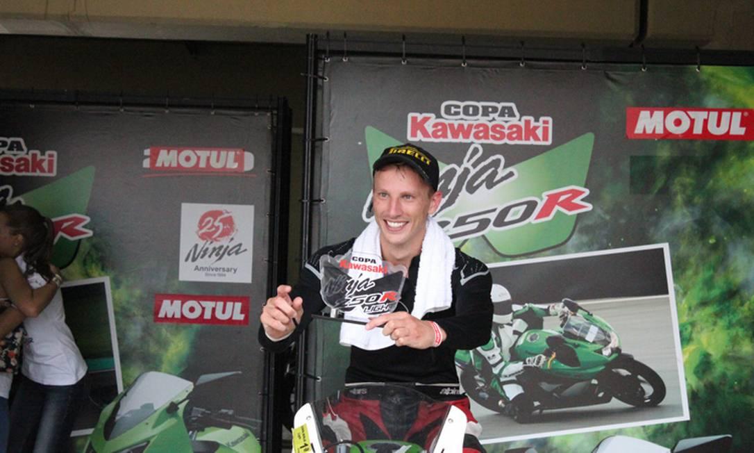 O modelo Alex Schultz é um nome em plena ascensão no universo da motovelocidade. Ele já competiu em 23 corridas oficiais e faturou 22 troféus! O último prêmio foi o título de campeão Brasileiro na categoria 250cc - Kawasaki Ninja, em 2012 Reprodução