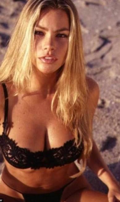 Sofia Vergara: loira e sexy Reprodução
