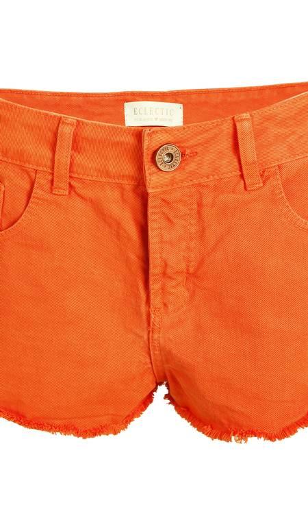 Short sarja laranja Ecletic (21 2239-3242), de R$ 140 por R$ 119 Foto: Divulgação