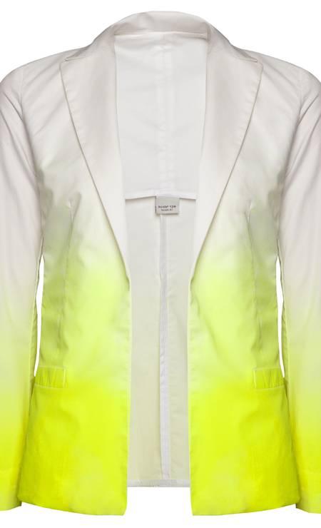 Blazer branco com detalhes amarelo Shop 126 (21 2267-9593), de R$ 398 por R$ 275 Foto: Rodrigo Picorelli / Divulgação