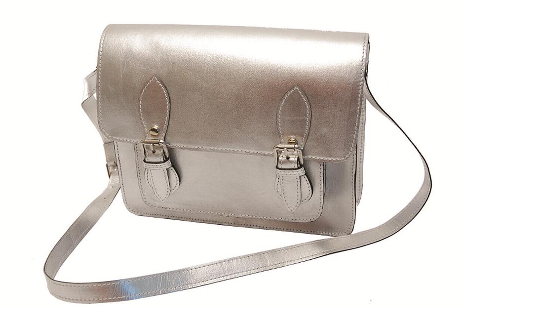 Bolsa carteiro prata Andarella (21 2543-2744), de R$ 369 por R$ 299 Reprodução
