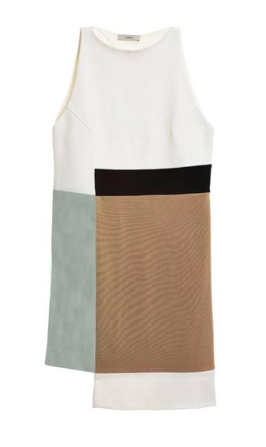 Vestido Egray na Dona Coisa (21 2249-2336), de R$ 1.810 por R$ 1.000. A multimarcas está com descontos de até 60% Divulgação