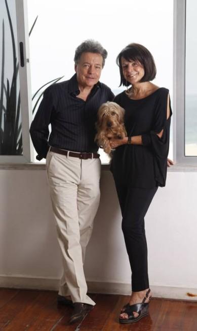 No apartamento alugado em Ipanema, Christian, Elizabeth e o cãozinho Dom Quixote, que segue o casal pelas viagens por Angra e Inhotim Ana Branco / Ana Branco / Agência O Globo
