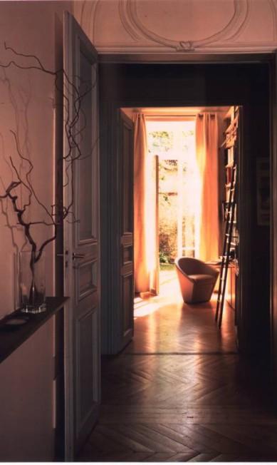 O apartamento de Elizabeth e Christian de Portzamparc, em Paris, fica no térreo de um edifício e possui um jardim ao fundos Terceiro / Divulgação