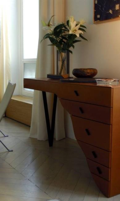 Muitos móveis da casa francesa foram desenhados por Elizabeth Terceiro / Divulgação