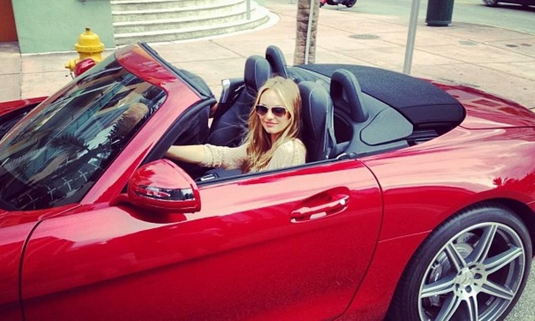 Não basta ser rica, tem que mostrar. Candice dá uma voltinha em sua Mercedes vermelha Candice Swanepoel / Instagram
