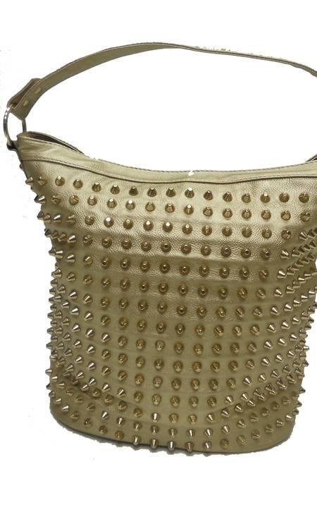 Bolsa de couro dourada com tachinhas da Ka (21 2247-2768), de R$ 566 por R$ 339 Foto: Divulgação