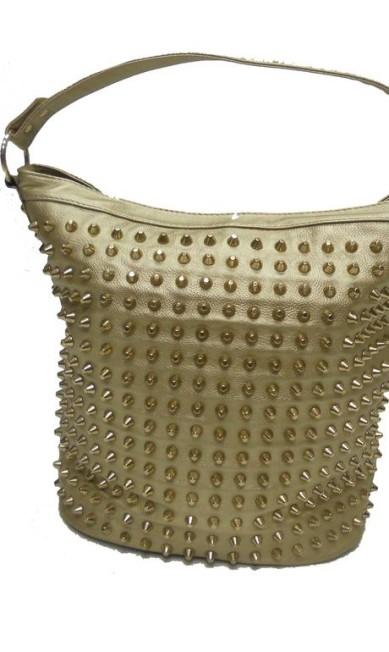Bolsa de couro dourada com tachinhas da Ka (21 2247-2768), de R$ 566 por R$ 339 Divulgação