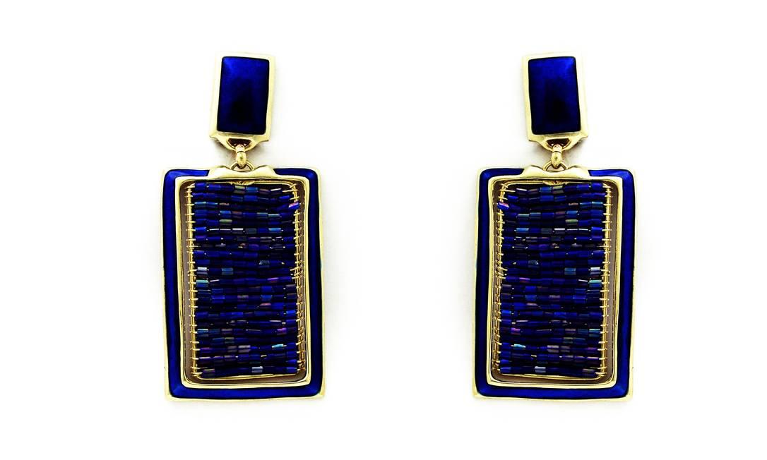 Brinco azul Klein da Pluma Bijoux (21 2267 8616), de R$ 84 por R$ 58. A marca está com descontos de até 30% durante todo mês de janeiro Divulgação