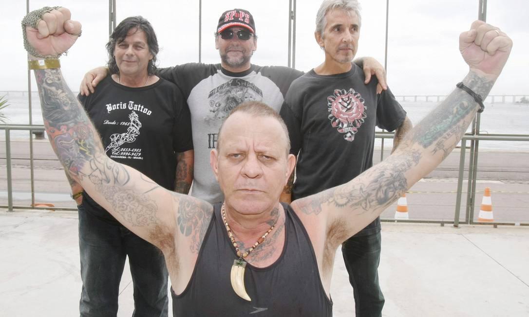 Da direita para esquerda: Beto, Freire e Caio e Russo (à frente): os precursores da tatuagem no Brasil Marcos Ramos / Marcos Ramos / O Globo