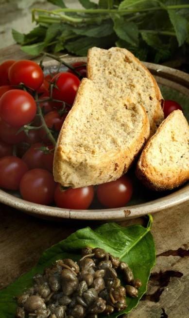Pão, tomate e alcaparras: ingredientes que ajudam a formar a base da culinária do Cilento, no Sul da Itália. Lá a comida mediterrânea se orgulha de ser de raiz. Giuseppe Puppo