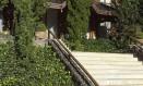 Cabana canadense na região serrana, por Daniela e Sonia Infante: pinheiros, hera francesa, kaiazucas e bromélias Foto: Divulgação