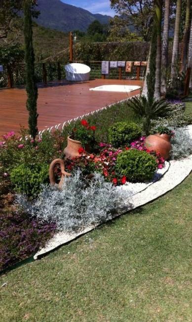 Projeto na região serrana, Sonia e Daniela Infante: jardim ganhou vasos de barro e pedriscos brancos Divulgação