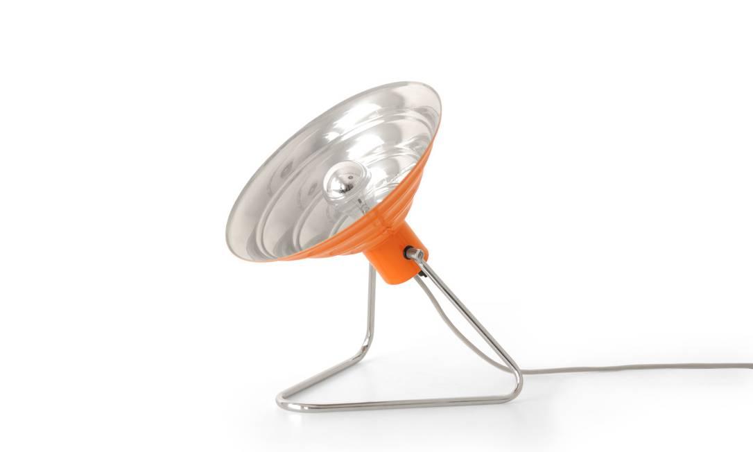 Luminária Alfaia, abajur ou arandela, em alumínio polido, na cor laranja da Prolight (21 2511-1740), de R$ 950,80 por R$ 480 Divulgação