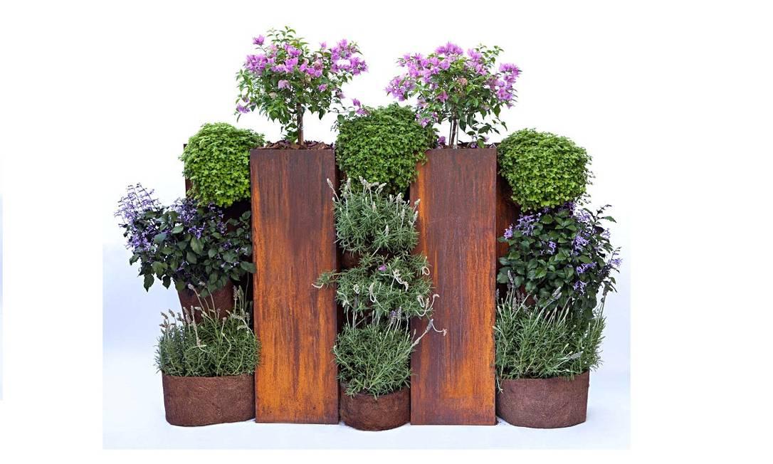 """Maritza acaba de lançar os jardins portáteis, feitos em esculturas de aço corten. """"Você pode levar o jardim para casa como se fosse uma peça de arte"""", diz ela Rodrigo Azevedo / Divulgação"""