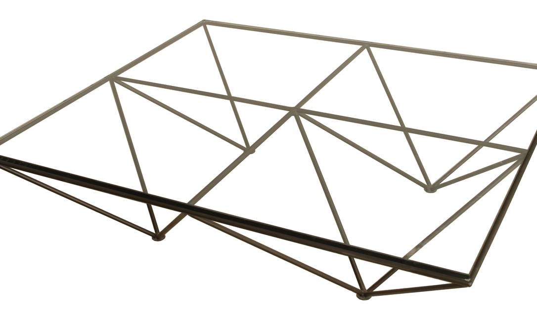 Mesa de centro com base em ferro e tampo em cristal na Velha Bahia, de R$ 3.209 por R$ 3.050 Divulgação