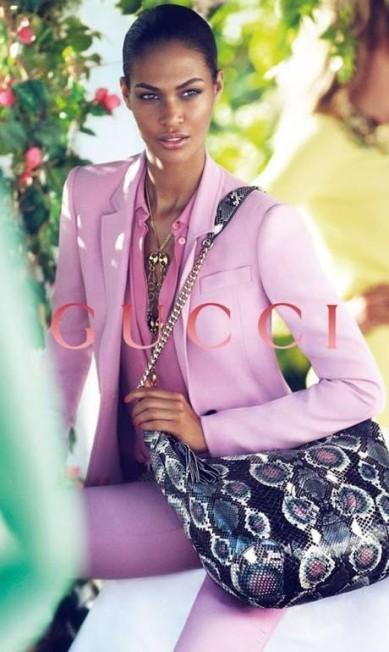 Joan Smalls, a modelo número um do mundo segundo o portal Models.com, também foi uma das vítimas das alterações. A marca italiana Gucci reduziu drasticamente a medida de uma das pernas da top porto-riquenha, deixando-a com proporções de um flamingo Reprodução
